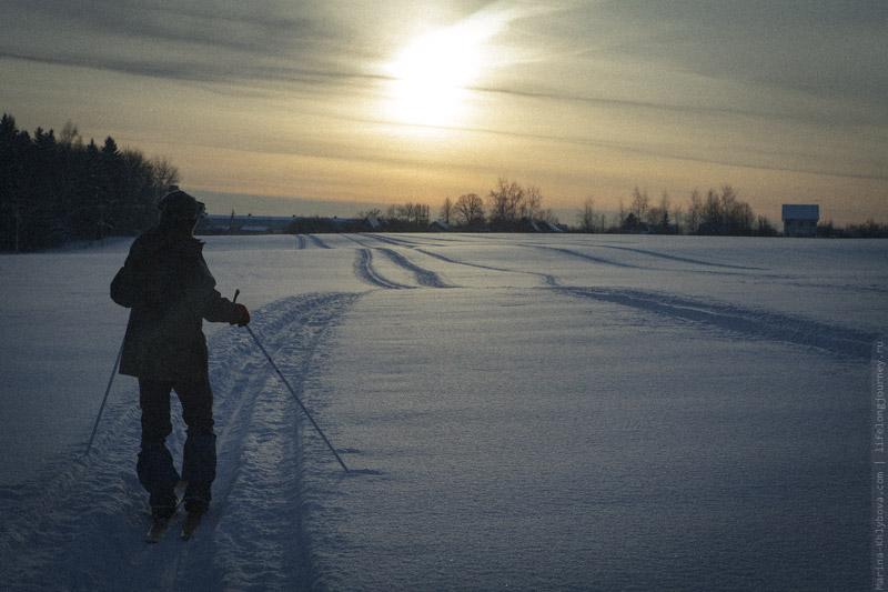 Закат и лыжник