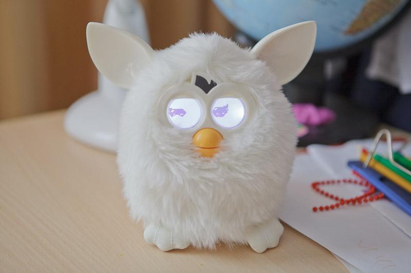 Furby смеется
