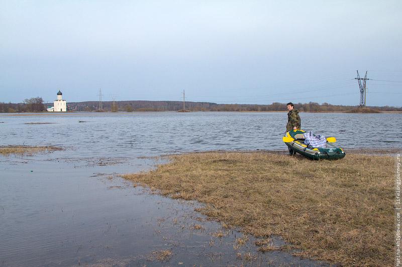 Никита перетаскивает лодку по сухому участку заливного луга