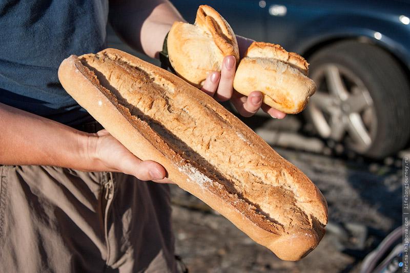 Хлеб в Испании очень вкусный. Особенно, если в него колбасу добавили. Как в те маленькие булочки.:)