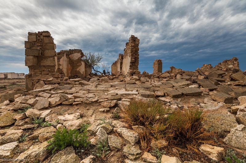 Заброшенный поселок возле Каспийского моря