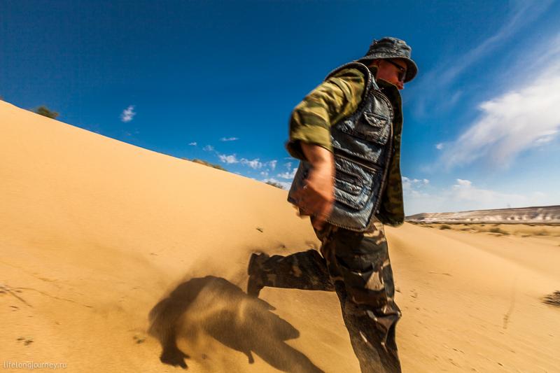 Саша в страхе убегает из песков